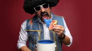"""Αποστόλης Μπαρμπαγιάννης Τσολιάς εν δε Τσόλια Μπαντ! """"Πίτσες Μπλε – Χτικιό εντίσιον"""" ζωντανά στη Βαβυλωνία του Μύλου open air"""